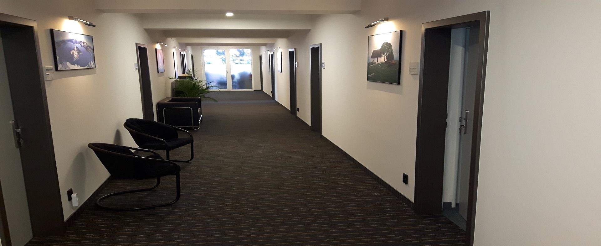Interiérové dveře, podlahové krytiny, skleněné stěny.
